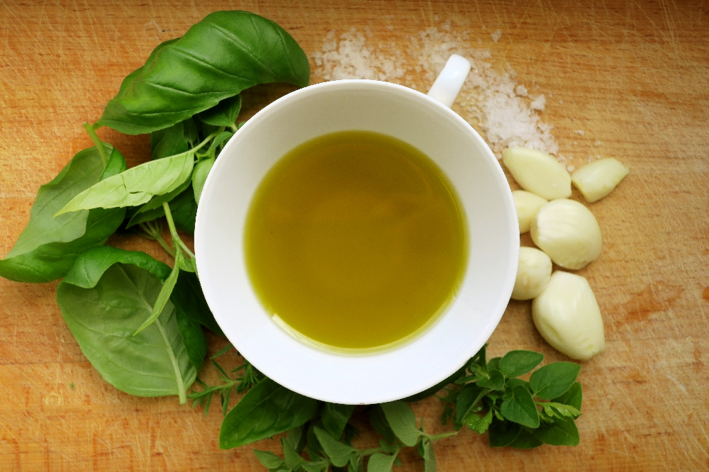Olivový olej, bylinky, česnek a sůl