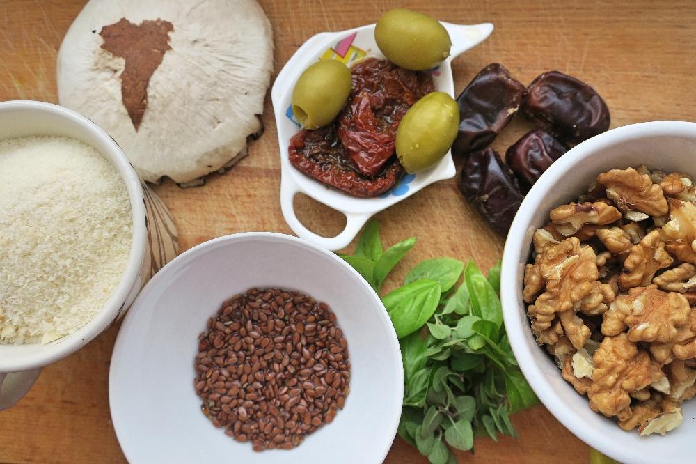 Žampiony, olivy, rajčata, lněná semínka