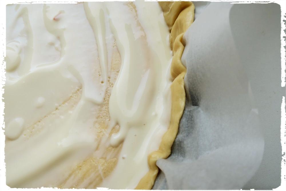 Křehké těsto potřené jogurtem - nezapomeňte si před potřením těsta odstranit svrchní pečící papír :-) /já na to zapomněla :) /
